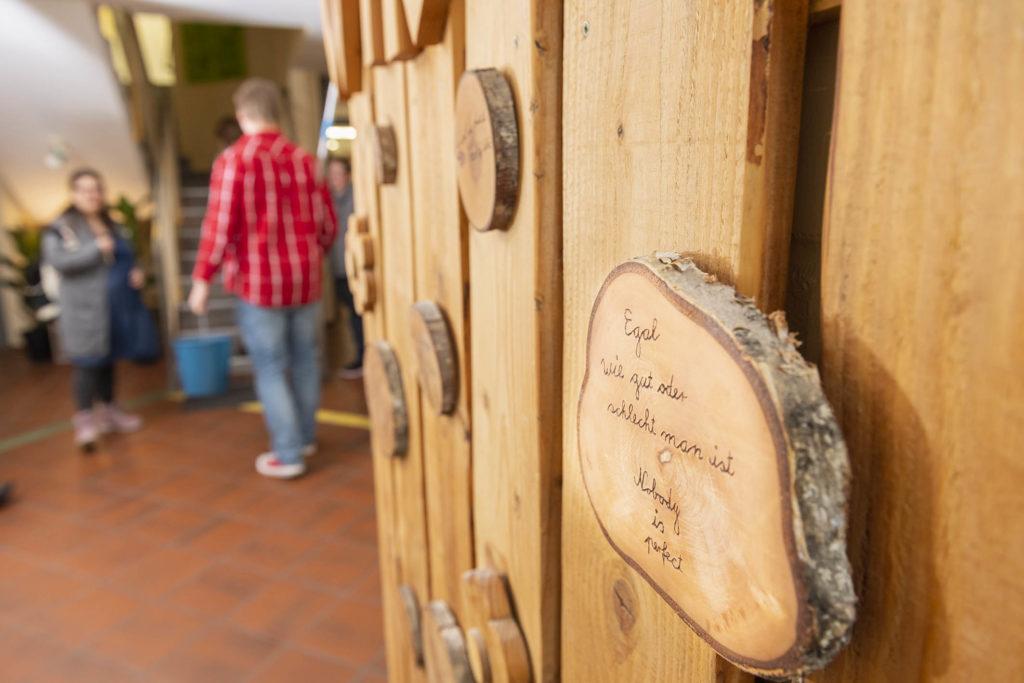 Holzschild - Egal wie gut oder schlecht man ist - Nobody is perfect