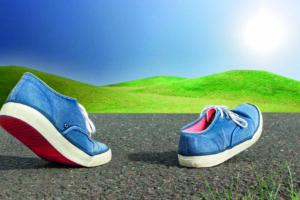 Schuhe auf Asphalt