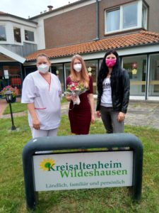 Nadine Wanderer, Sabrina von Bergen und Julia Guth vor dem Kreisaltenheim Wildeshausen