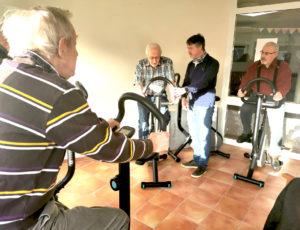 Halten sich unter Anleitung von Physiotherapeut Maximilian Ackert gesund (von links): Seniorenresidenzbewohner Horst Mitlewski, Karl-Heinz Grzech, und Hans Kuntze.