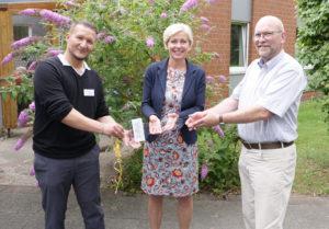 Carsten Sauerwein und Karin Harms übergaben den symbolischen Schlüssel an Till Brinkmann.