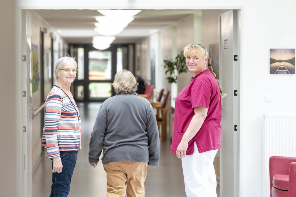 Pflegerin mit Bewohnerinnen