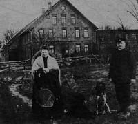 Ehepaar Schwake vor dem Haupthaus (1884)