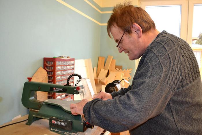 Mann bei Holzarbeiten