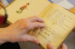 Hand die in einem Poesiealbum liest