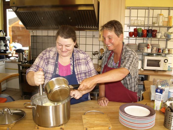 Zwei Frauen bei der Zubereitung von Püree